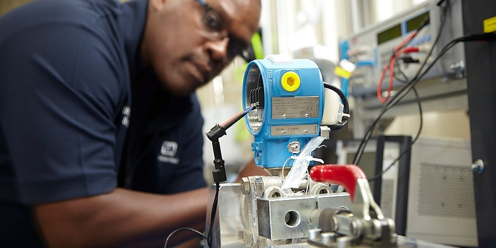 An Endress+Hauser technician mounted the pressure instrument in a test fixture.